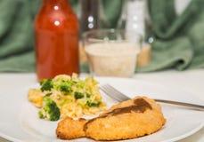Petto di pollo impanato con il riso dei broccoli Fotografie Stock Libere da Diritti