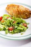 Petto di pollo in pasticceria francese con insalata fresca fotografia stock libera da diritti