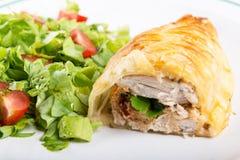 Petto di pollo in pasticceria francese con insalata fresca Immagine Stock Libera da Diritti