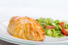 Petto di pollo in pasticceria francese con insalata fresca Immagini Stock Libere da Diritti