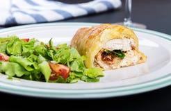 Petto di pollo in pasticceria francese con insalata fresca Immagini Stock