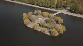 Peu île dans la vue de lac du bourdon banque de vidéos