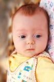Peu 4 mois de garçon regardant vers le bas Photo libre de droits