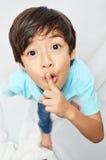 Peu 6 ans de garçon de mélange de doigt de portrait Photo stock