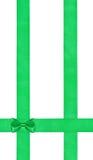 Peu arc vert sur trois bandes verticales de satin Photographie stock libre de droits