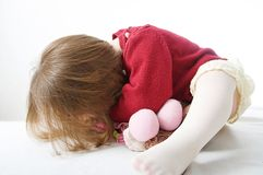 Peu bébé jouant le cache-cache Ch?ri mignonne images libres de droits