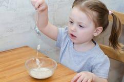 Peu bébé mangeant la farine d'avoine photo libre de droits