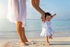 Peu bébé sur une plage tropicale image libre de droits