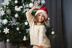 Peu belle fille avec le chapeau rouge de Santa photographie stock libre de droits