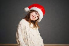 Peu belle fille avec le chapeau rouge de Santa photo libre de droits