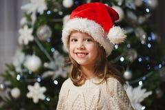 Peu belle fille avec le chapeau rouge de Santa photo stock