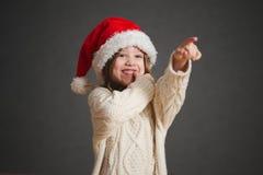 Peu belle fille avec le chapeau rouge de Santa image libre de droits
