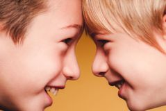 Peu connexions sensorielles face à face des amis d'enfants image stock