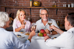 Peu d'échantillon de vin pour quatre personnes dans le restaurant images libres de droits