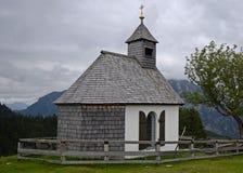 Peu d'église dans les Alpes, Autriche Images libres de droits