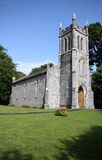 Peu d'église en pierre dans le pays irlandais Images libres de droits