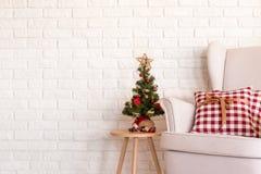 Peu d'arbre de Noël et un divan Photo libre de droits