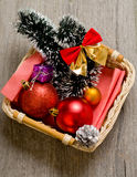 Peu d'arbre de nouvelle année joue dans la boîte photographie stock libre de droits