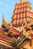 Peu d'arbre vert de bodhi grandissant sur la pagoda d'or dessous photographie stock libre de droits