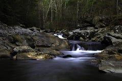 Peu d'automnes de rivière de crique Photographie stock libre de droits