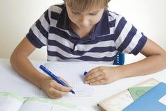 Peu d'enfant à la maison faisant le travail images libres de droits