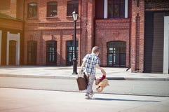 Peu d'enfant avec l'ours de valise et de nounours jouent croiser le s ensoleillé Photos libres de droits