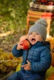 Peu d'enfant avec la pomme photographie stock libre de droits
