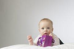 Peu d'enfant avec un présent Photo libre de droits