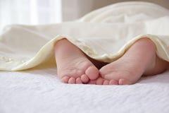 Peu d'enfant dort sous la couverture jaune Images stock
