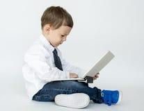 Peu d'enfant employant la technologie d'ordinateur portable Photos libres de droits