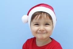 Peu d'enfant habillé comme sourire du père noël Image libre de droits