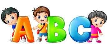Peu d'enfant jugeant la lettre d'ABC d'isolement sur le fond blanc Photos stock