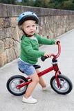 Peu d'enfant montant son vélo vers le bas Photo stock