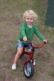 Peu d'enfant montant son vélo vers le bas Images libres de droits