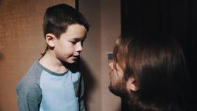 Peu d'enfant parle au père aux cheveux longs dans le couloir d'appartement banque de vidéos
