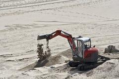 Peu d'excavatrice dans le sable Photographie stock libre de droits