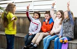 Peu d'expression d'enfant agissant aux amis Photo libre de droits