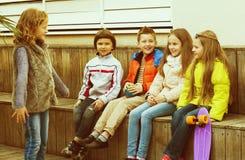 Peu d'expression d'enfant agissant aux amis Photo stock