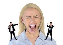 Peu d'homme d'affaires criant sur la femme soumise à une contrainte Photo stock