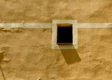 Peu d'hublot et ombre sur une façade méditerranéenne Photos stock