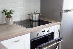 Peu d'intérieur de cuisine avec l'électronique moderne Images libres de droits