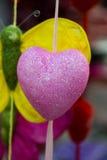 Peu d'objet de forme de coeur accrochant en air Images stock