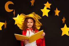Peu d'observateur de ciel étudiant des étoiles avec le grand livre image libre de droits