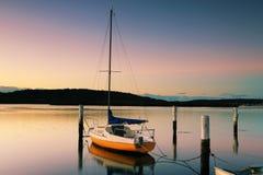 Peu de bateau à voile chez Woy Woy au lever de soleil photos stock