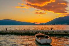 Peu de bateau dans le coucher du soleil d'été dans Monténégro photographie stock