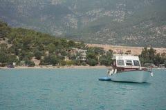 Peu de bateau de pêche en mer Photo libre de droits