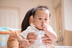 Peu de bébé garçon d'Asain 7 mois avec le doigt de pouce dans la bouche Images libres de droits