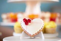 Peu de biscuit avec un lustre fleurit et modèle Photos stock