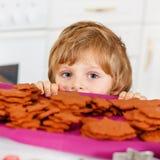 Peu de biscuits de Noël de cuisson de garçon d'enfant à la maison Photo stock