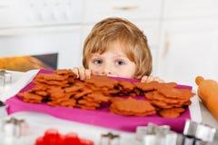 Peu de biscuits de Noël de cuisson de garçon d'enfant à la maison Photographie stock libre de droits